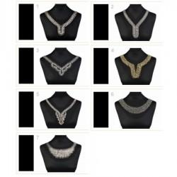 Application encolure dorée perles et cristaux
